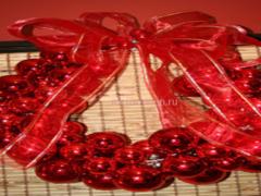 Как сделать новогодний венок из пластиковых шаров?
