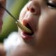 Как правильно начинать вводить прикорм ребенку?
