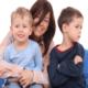 Ревность старшего ребенка к младшему: что делать маме?
