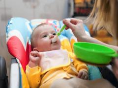 Первый прикорм ребенка: с чего и когда начинать?