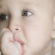 Ребенок сосет палец: почему это происходит и как отучить?