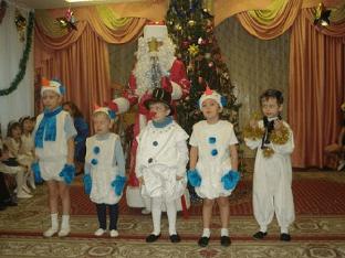 Как сшить новогодний костюм снеговика для мальчика своими руками?