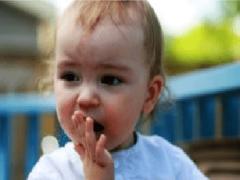 Ребенок проглотил косточку: чем это опасно и что делать?